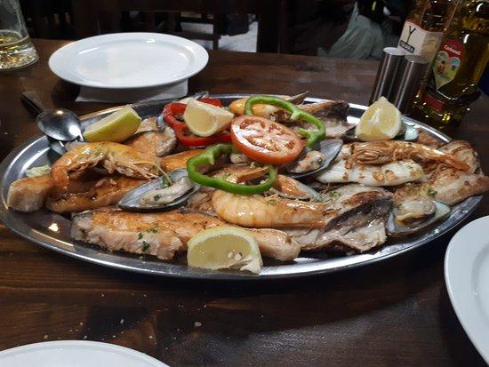 Avenida Restaurante: Voor 2 personen 4 scampies 6 mossels 4 stukken zalm 2 stukken octopus en 6 stukken vis . Ps: all