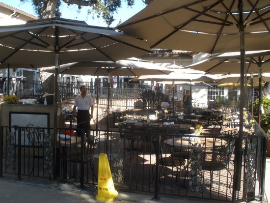 Los Gatos, Kalifornia: outside dining area, before the hoards arrive