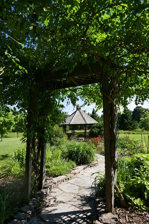 ‪‪Chanticleer Guest House‬: Trellis view toward gazebo‬