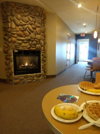 Montague, MI: Fireplace in lobby/breakfast area.