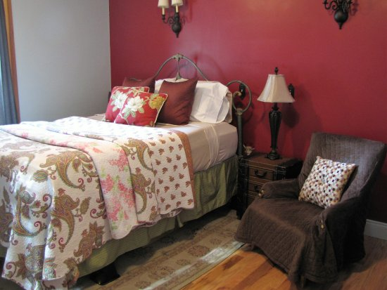 Cumberland Gap, TN: Nana's, a first floor guest room, is cozy and lite.