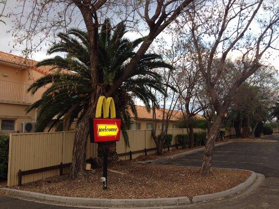 กูนดิวินดิ, ออสเตรเลีย: McDonalds drive through runs along the side of the motel
