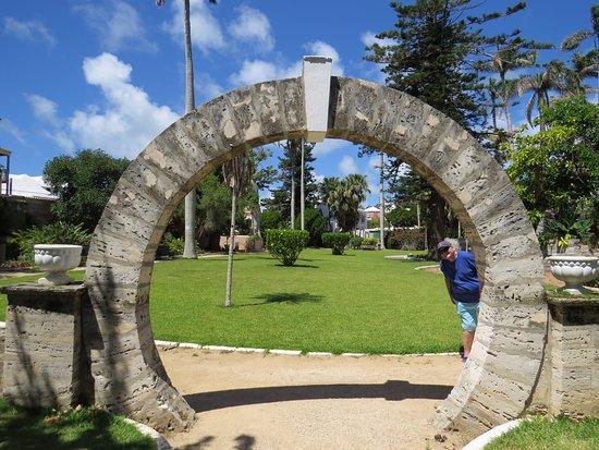 Somers Garden : moon gate