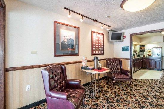 Rodeway Inn & Suites: Hotel lobby