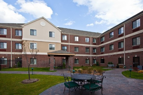 Staybridge Suites East Lansing-Okemos (MSU Area): Our delightful courtyard is sure to please