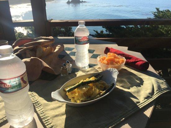 Whale Watch Inn by the Sea: Breakfast on the deck.
