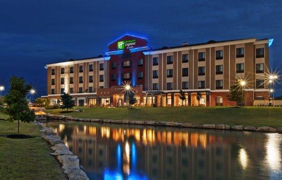 Glenpool, Оклахома: Exterior:  Back at Night Time