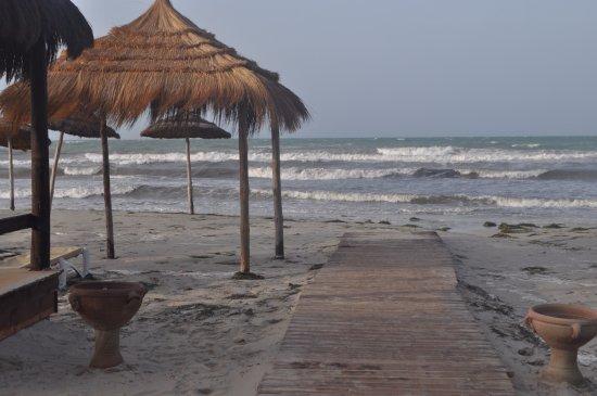 Yadis Djerba Golf Thalasso & Spa: пляж после шторма