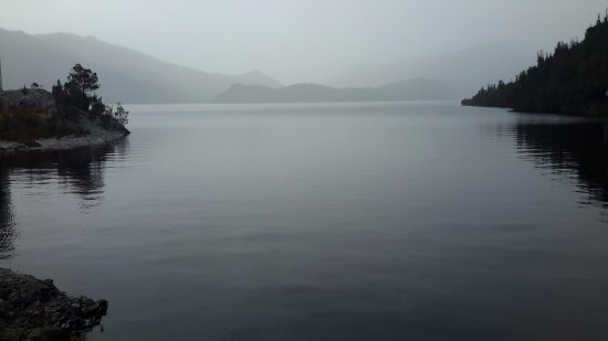 Strathgordon, Australien: Looking across peaceful Lake Pedder from Serpentine Dam wall - during rain