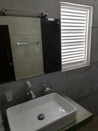 Nugegoda, Sri Lanka: bathroom sink - Deluxe Double Room
