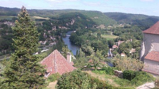 Tour-de-Faure, France: L'hôtel offre une vue splendide sur le village .