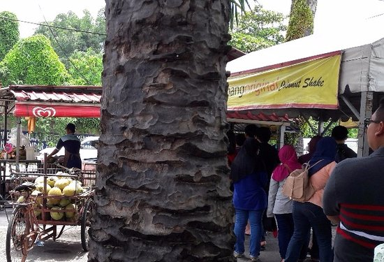 Klebang Kechil, Malaysia: Queuing for coconut shakes