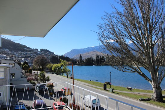 Lakeside Motel: Queenstown city and the lake