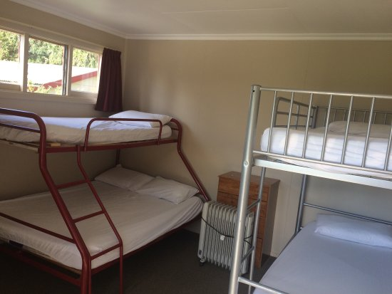 Wanaka Top 10 Holiday Park : No bed linen provided and not mentioned on the website. Surcharge for 10 dollars when you check
