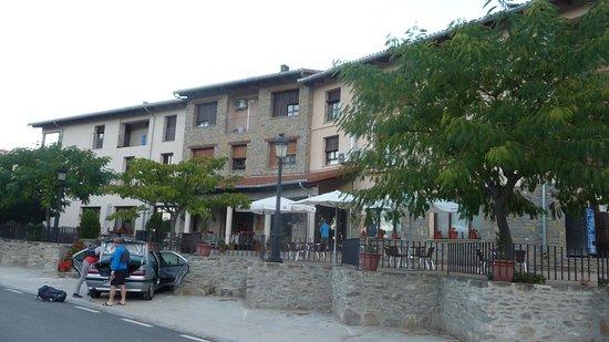 Bierge, Spain: Il existe un autre prking privatif situé à l'intérieur à droite de la photo