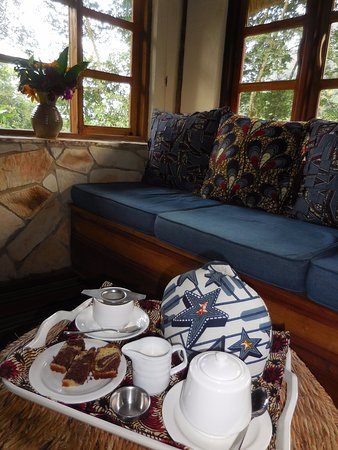 Bwindi Lodge: Afternoon tea in my deluxe banda (tea grown at their community project). Marble cake was very go
