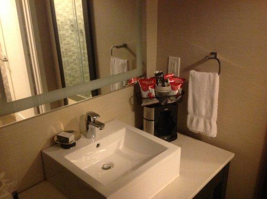 Hotel Indigo Napa Valley: Washbasin next to kitchenette