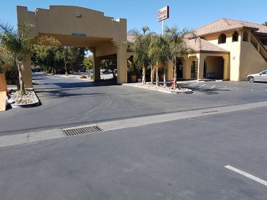 Gilroy, CA: Entrance and pool area