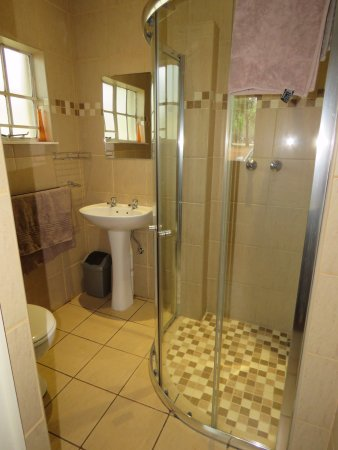 Berghaven Holiday Cottages: spotless bathroom