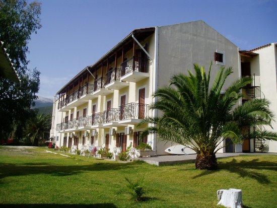 Sami Beach Hotel: Back of hotel, from the garden.