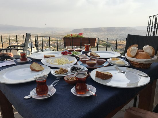 La Casa Cave Hotel: Breakfast is served at the hotel's terrace with a amazing view and is very delicious
