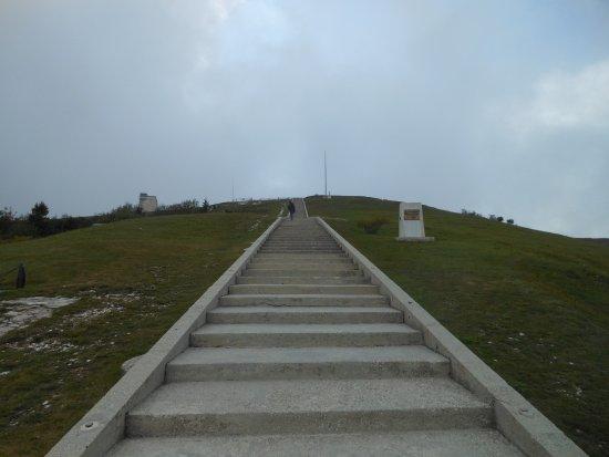 Crespano del Grappa, Italia: Monte Grappa, la scalinata al sacrario