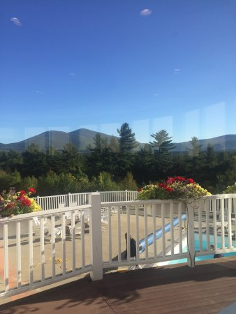 White Mountain Hotel and Resort: Beautiful view of mount Cranmore at breakfast.