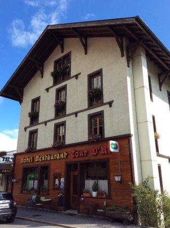 Hotel La Tour d'Ai : 左、ホテルエントランス