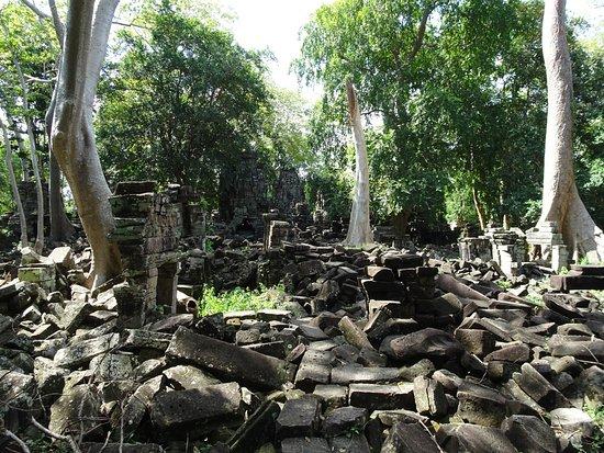 Banteay Meanchey Province, Cambodia: こちらもやはり崩落が進んでいます。