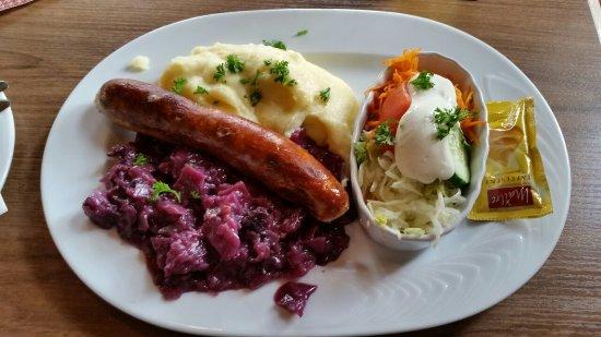 Thuringia, Tyskland: Thüringer Bratwurst mit Rotkohl oder Sauerkraut und Kartoffelpüree