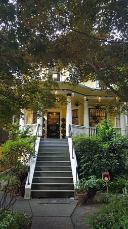 Barclay House Bed and Breakfast: Front porch and entrace