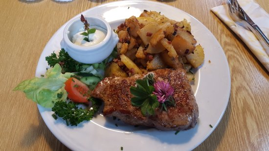 Nesselwang, Alemania: Rumpsteak mit Bratkartoffeln ...