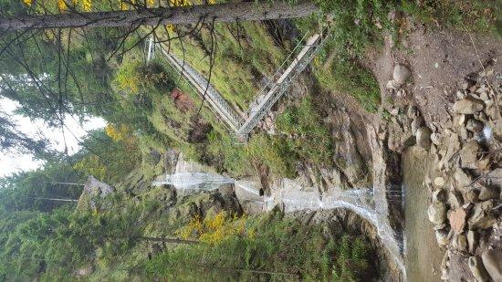Nesselwang, Alemania: Dieser Wasserfall liegt nur wenige Minuten von der Hütte entfernt ...