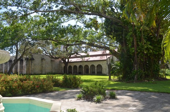 North Miami Beach, Floride : Partial view of gardens and outside the Chapel