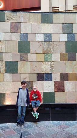 Cincinnati Marriott at RiverCenter: Fun water walls