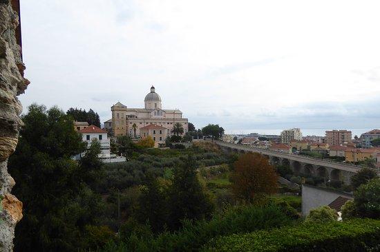Loano, Italy: La carreggiabile verso Monte Carmelo e orti e frutteti sottostanti