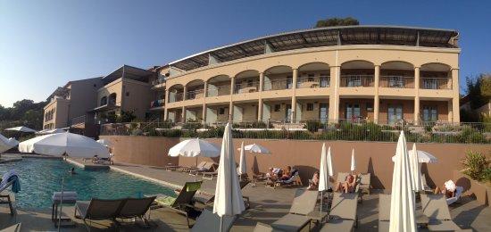 Rayol-Canadel-sur-Mer, France : Alle kamers met uitzicht op zwembad en zee.