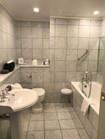 The Merrion Hotel: Spacious bathroom