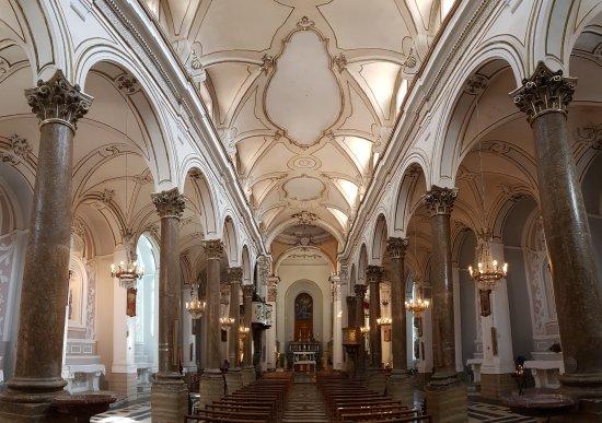 Leonforte, Italia: Interno