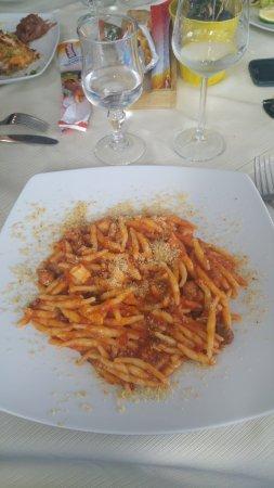 Furci Siculo, อิตาลี: stringozzi con pomodoro, spada e finocchietto.