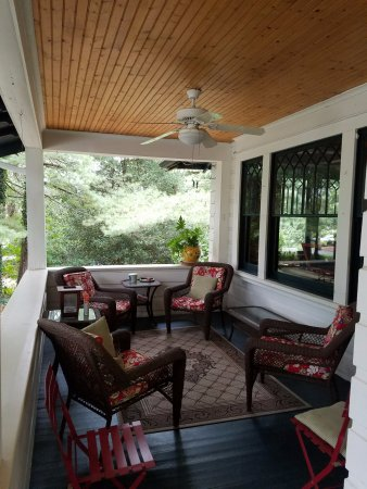 Oakland Cottage B&B: Front porch, very relaxing in the cool fall air.