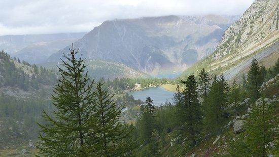 Morgex, อิตาลี: Rainbow over Lago d'Arpy