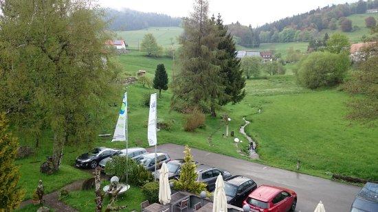 Schopfheim, Alemania: Aussicht Amselnest mit Blick auf den Wald, den Garten und den Mühlenbach