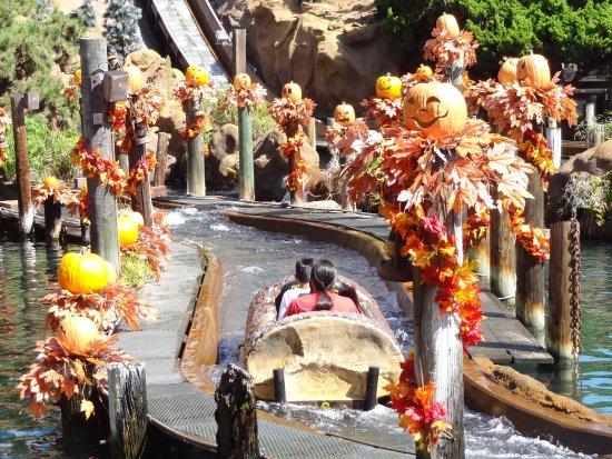 Buena Park, Kalifornia: Juego con caida de agua, con ambientacion de Halloween