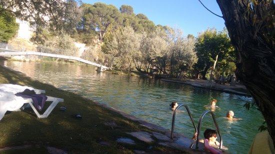 Alhama de Aragon, Espagne: Vista del lago de agua templada ideal para baño o