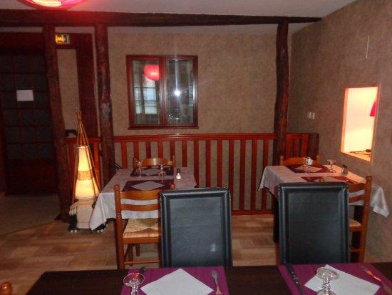 Parthenay, Frankrike:  salle à l'étage, décors chaleureux et intimistes