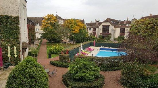 Gressy, Francja: Binnenplaats met zwembad
