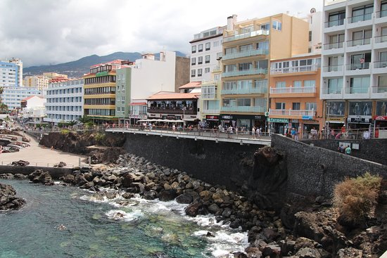 Plaza Charco: Sea front shops