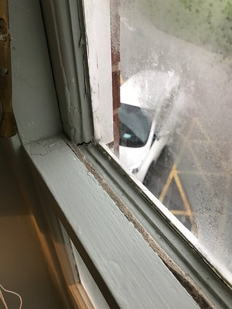 Mottram St. Andrew, UK: I'd just like to add pictures of the so called 4 * Mottram Hall, room 263. Single glazed window,