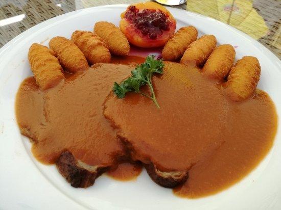 Mistelbach, Austria: Rindsbraten mit Kroketten